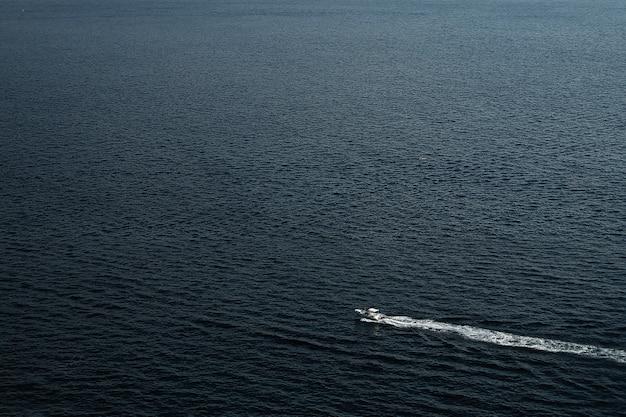 Boot in de zee, berg op de zee.