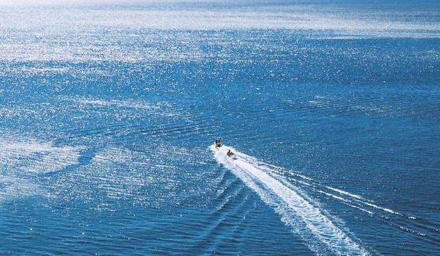 Boot in de zee. uitzicht van boven