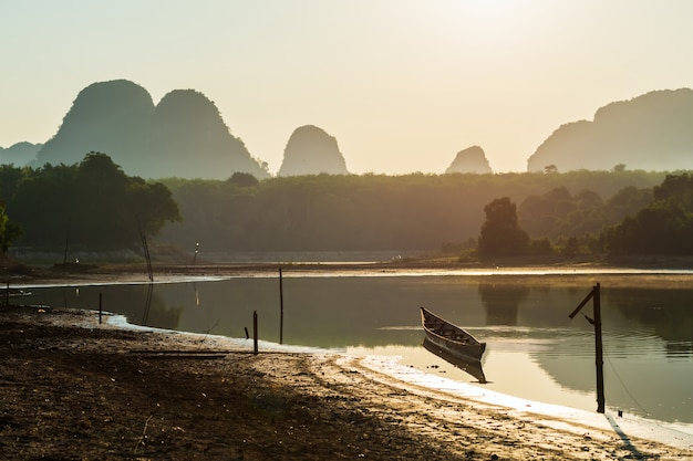 Boot in nong thale-moeras bij zonsondergang