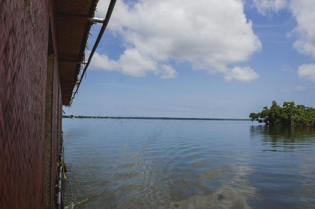 Boot langs een eiland