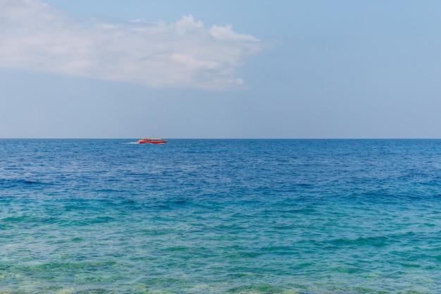 Boot met toeristen op blauwe zee