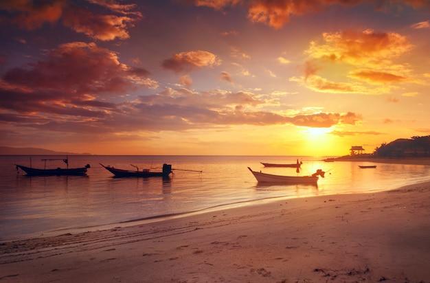 Boot op de golven bij zonsondergang, prachtig zeegezicht