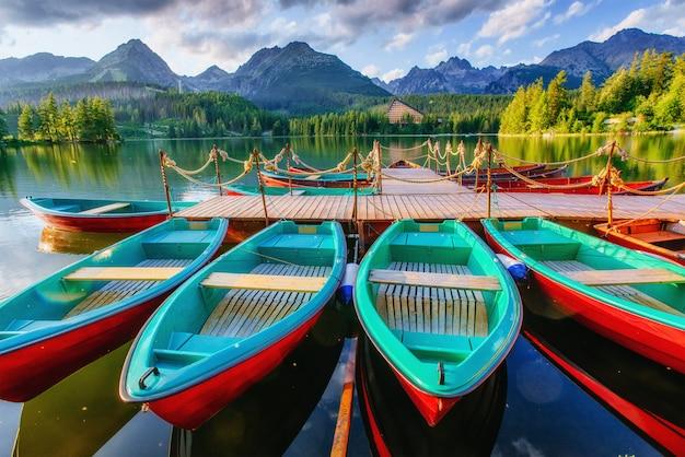 Boot op het dok omgeven bergen. fantastische shtrbske pleso