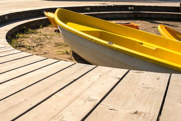 Boot op het strand op het zand.