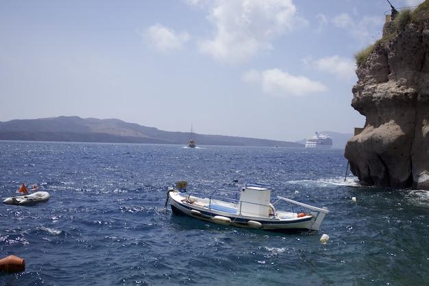 Boot op watermassa dichtbij eiland