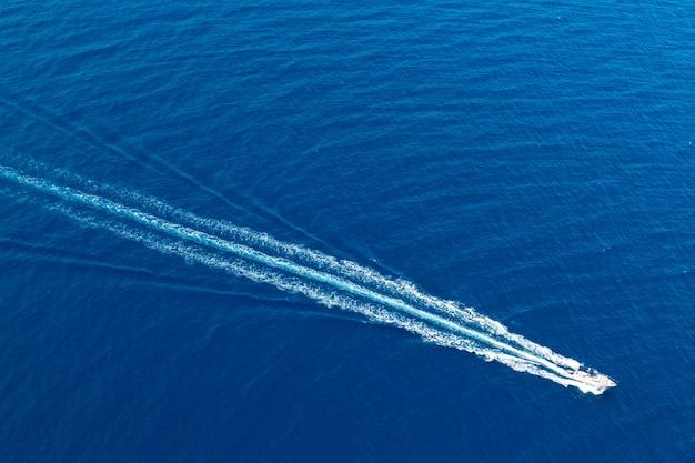 Boot surfen schuim luchtfoto van prop wassen in blauwe zee