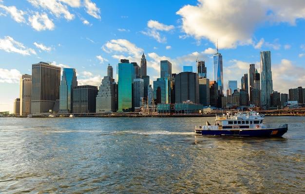 Boot van de nypd reageert op een noodsituatie op de east river new york city