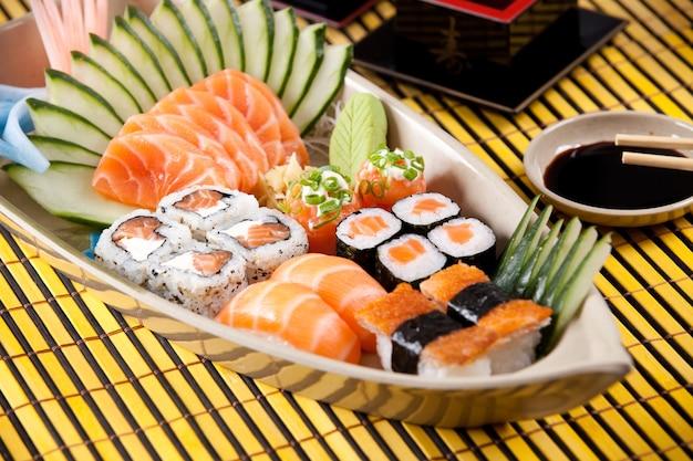 Boot van sushi op gele ondergrond