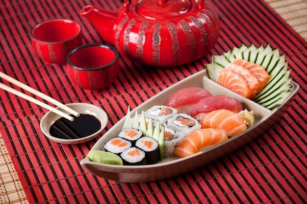 Boot van sushisamenstelling op rood oppervlak