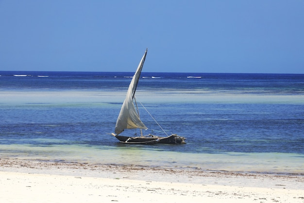 Boot varen op het water in diani beach in kenia