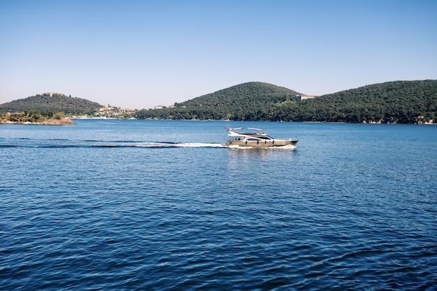 Boot zeilen in de zee