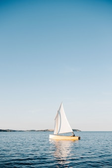 Boot zeilen op de zee op een zonnige dag