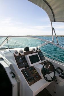Bootbesturingspaneel tegen de achtergrond van de zee in de zomer.