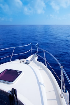 Bootboog die in blauwe middellandse zee varen
