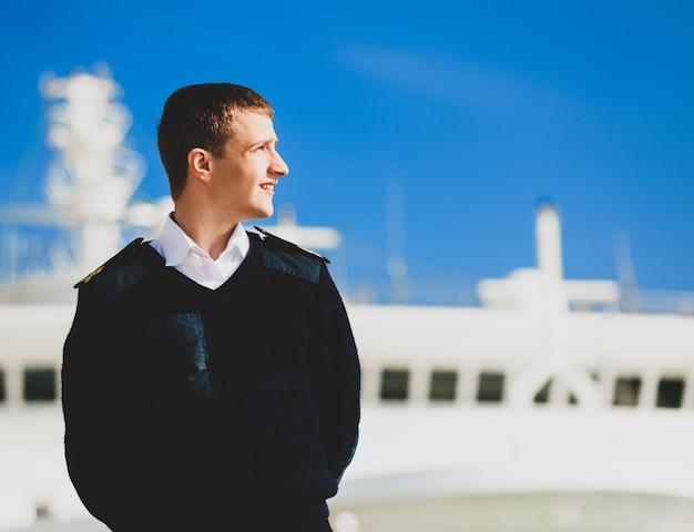 Bootsman bij de boot