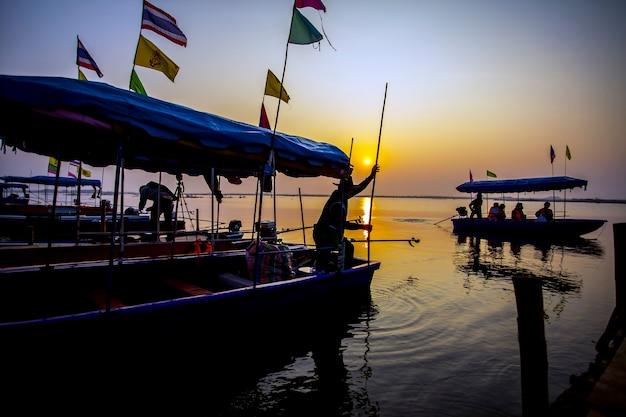 Boottocht op het meer bij zonsondergang.