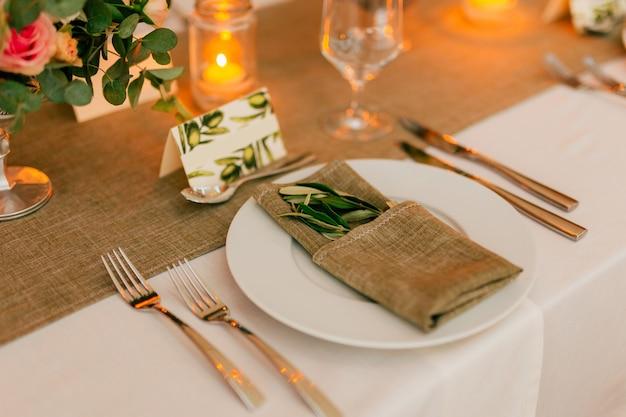Bord aan de rustieke bruiloftstafel