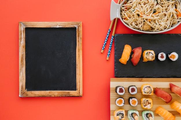 Bord dichtbij japans voedsel op rood