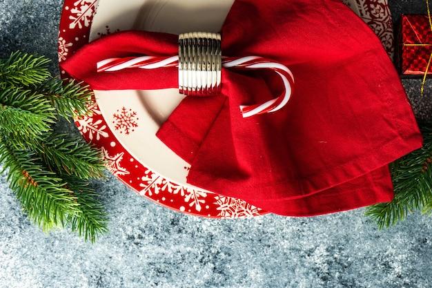Bord en vintage bestek geserveerd voor kerstmis