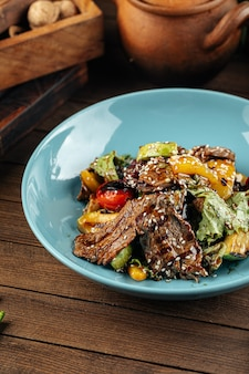 Bord gegrild kalfsvlees en groenten