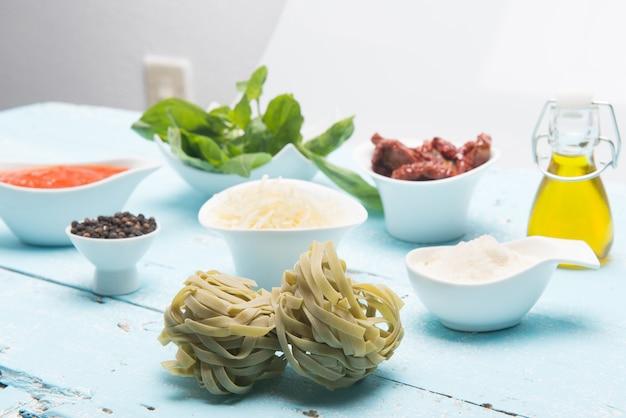Bord italiaanse farfalle pasta met geraspte kaas geserveerd op tafel