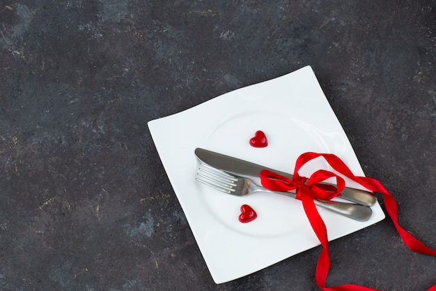 Bord met bestek en rode harten