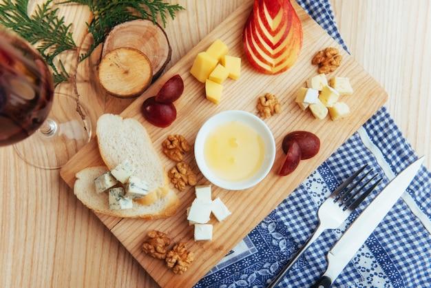 Bord met blauwe, dor, parmezaanse kaas, brie, camemb