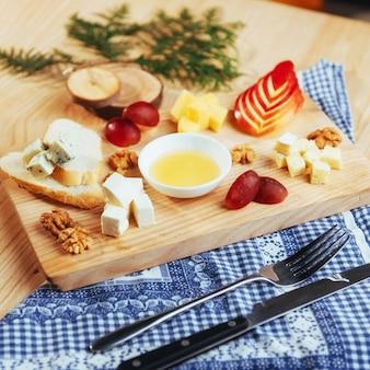 Bord met blauwe kaas dor, parmezaanse kaas, brie