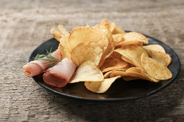 Bord met chips en spek op tafel