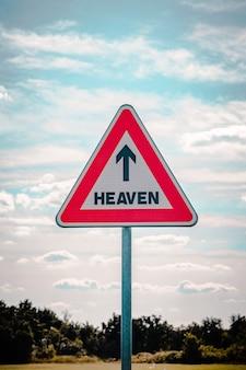 Bord met een pijl naar de hemel