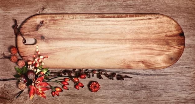 Bord met exemplaarruimte en de herfstdecoratie op hout
