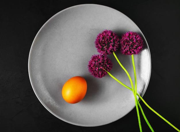 Bord met gekookt ei en wilde knoflookbloemen