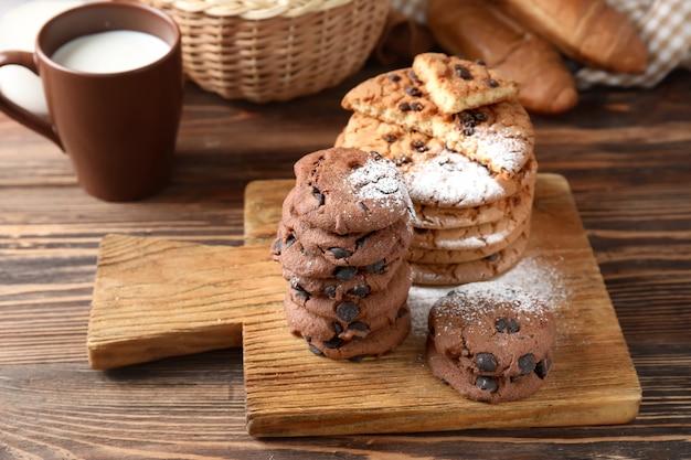 Bord met heerlijke chocoladeschilferkoekjes op houten tafel