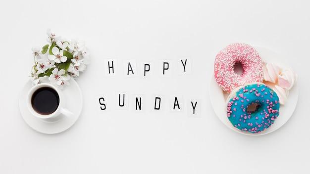 Bord met heerlijke donuts en bloem