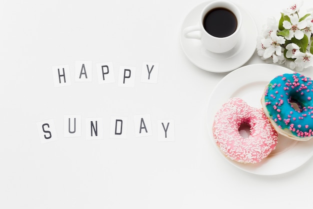 Bord met heerlijke donuts en koffie