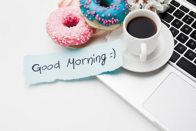 Bord met heerlijke donuts voor de ochtend