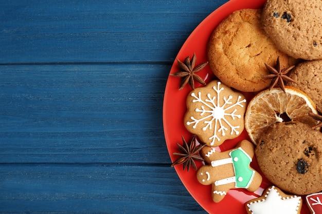 Bord met heerlijke kerstkoekjes op houten tafel
