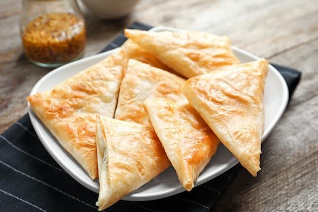 Bord met heerlijke samosa's op tafel