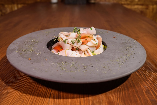 Bord met inktvis in witte wijn. smakelijk eten. lekkere zeevruchten.