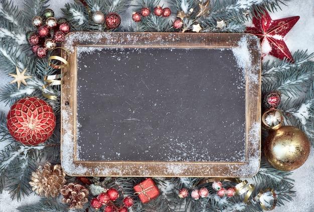 Bord met kerstmisdecoratie op sneeuw