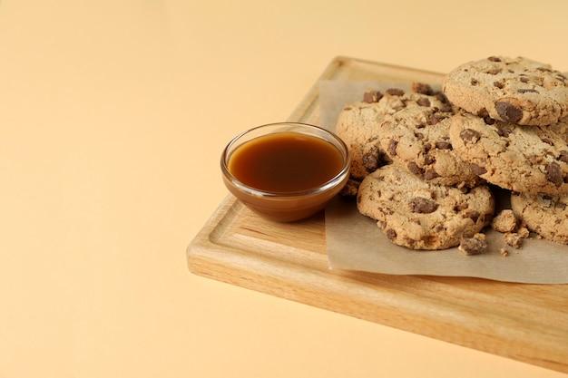 Bord met koekjes en karamel op beige