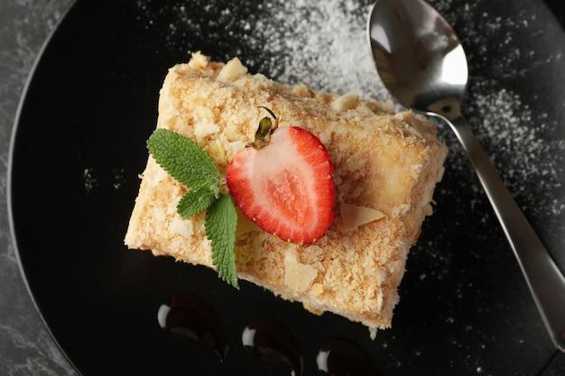 Bord met lekker stukje napoleon taart