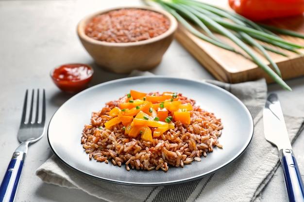 Bord met lekkere bruine rijst en groenten op tafel