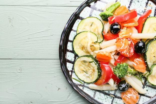 Bord met lekkere pasta primavera op tafel