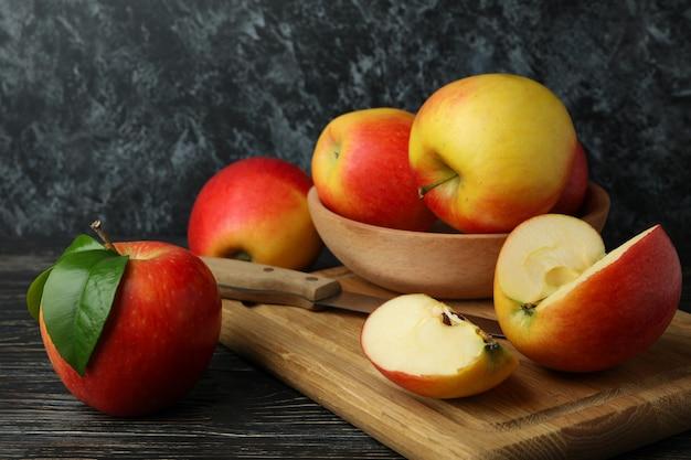 Bord met lekkere rode appels op houten tafel
