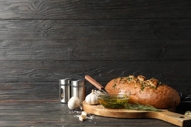 Bord met lookbrood en olie op houten, ruimte voor tekst