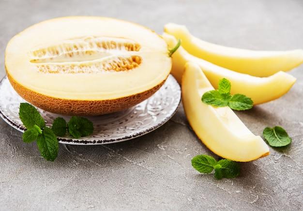 Bord met meloen