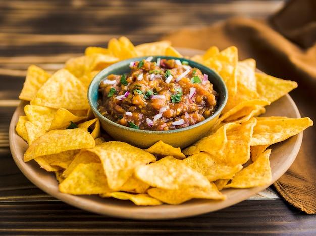 Bord met nacho-chips met zelfgemaakte salsa