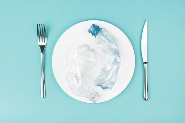Bord met plastic flessen. plastic vervuiling van voedselconcept.
