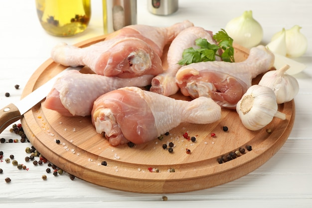 Bord met rauwe kippenvlees en kruiden, close-up. kip koken